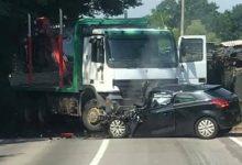 Jedna osoba poginula u stravičnom sudaru dva auta i kamiona